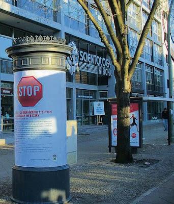 Warnendes Plakat vor der Berliner Scientology Zentrale