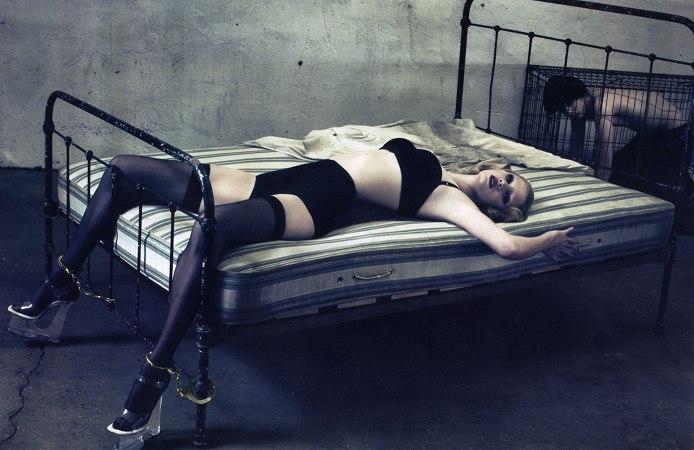 Секс в наручниках прикована к кровати 95