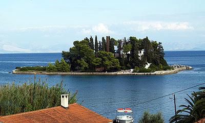 L'isola di pontikonissi. Foto di Andrea Mangoni.