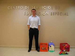 Paddy Sullivan standing in front of a wall that reads 'Centro de Servicios de Educacion Especial'