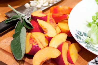 in making: nektariinit ja valkosipulia