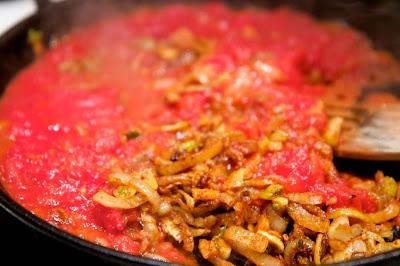 mausteiden paahtamisen jäkeen lisätään tomaatti