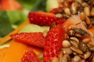 salaattia hedelmillä