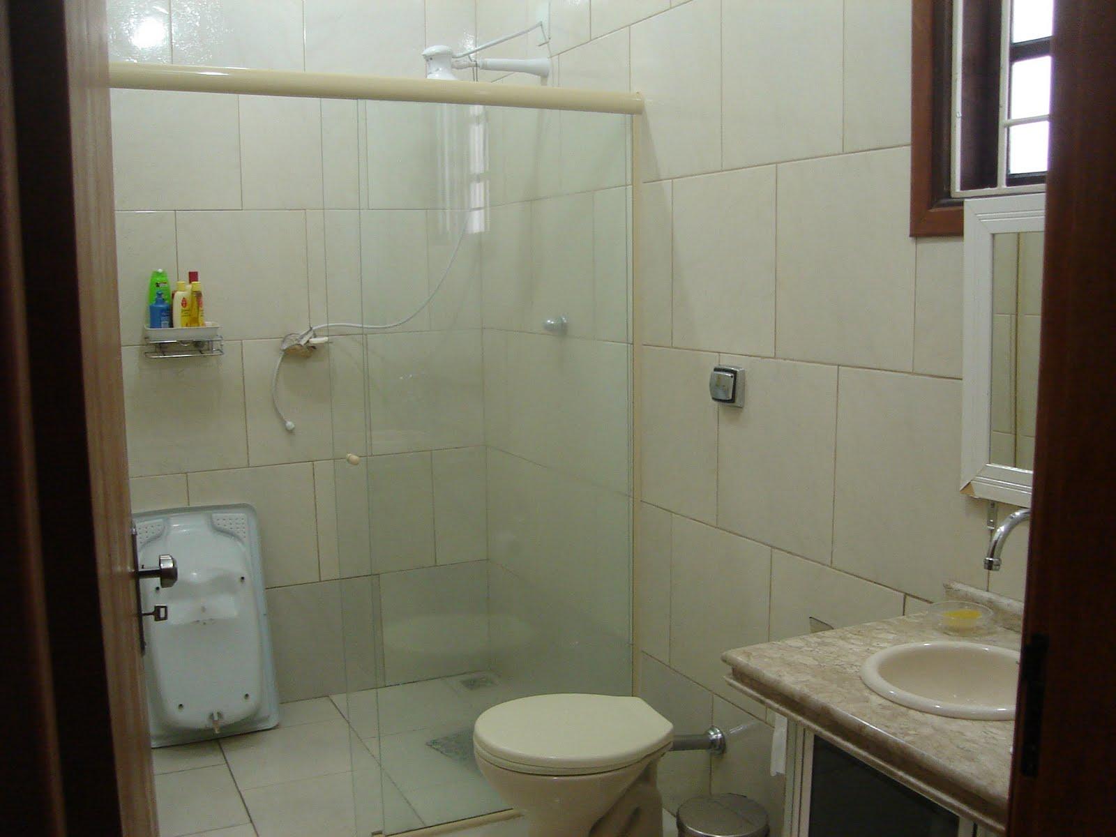 Banheiro com revestimento até o teto e box com vidro temperado. #261B14 1600 1200