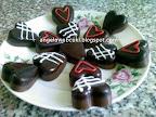 Szívecske csokoládé, sütés nélküli desszert, tej- és étcsokoládéval, szilikonos jégkockatartóban elkészítve, cukormázzal díszítve.