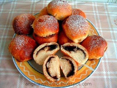 Marcipános csokoládés golyók, kelt tésztás sütemény, marcipános csokoládés barack- vagy narancslekváros töltelékkel, porcukorral megszórva.