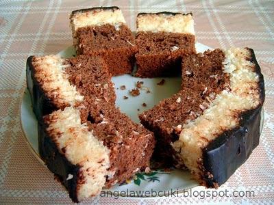 Kókusz szelet, kakaós tésztával, kókuszos krémmel töltve, csokoládés mázzal lekenve.