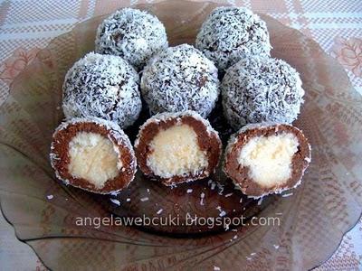 Katika-féle Kókuszgolyó, sütés nélküli, karácsonyi édesség, kakaós rumaromás masszával, kókuszos töltelékkel, kókuszreszelékben megforgatva.