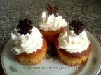 Bodzás muffin, bodzavirágból készült nagyon finom sütemény, tejszínhabbal valamint csokoládé lapkákkal díszítve.