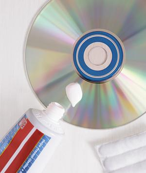 Arreglar un CD o DVD con Pasta Dental...[Propio]