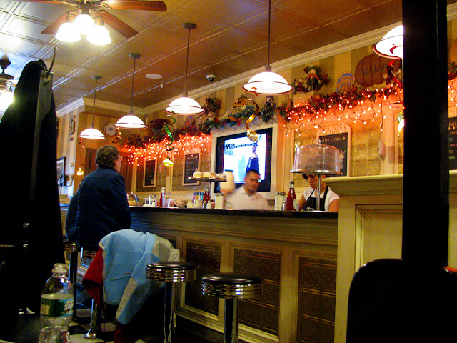 Thanksgiving-Decorations-at-Mundays-Luncheonette