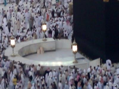 Tamu Tamu Allah Yang Lagi Tawaaf di dekat Hijir Ismail