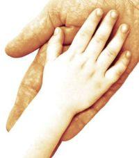 Mano de un niño cogiendo la de su padre