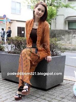 Maria Ozawa (Miyabi) Memakai Baju Kebaya !