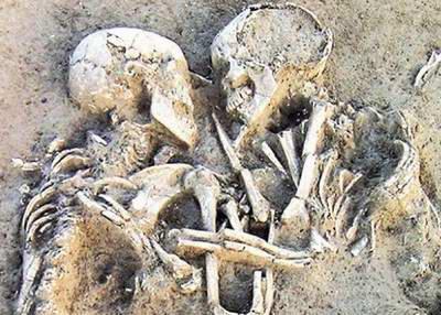 Esqueletos se abraçando