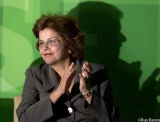 [Imagem] Foto de Dilma Roussef, com a sombra de Lula às suas costas misturando-se à dela