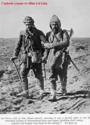 Kumandanlarla subaylar kılıçlarını çekmiş halde askerleri