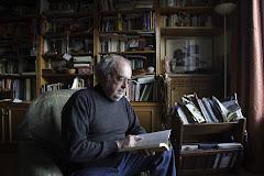 Fernando Ainsa en su biblioteca de Zaragoza (Foto Heraldo de Aragón)