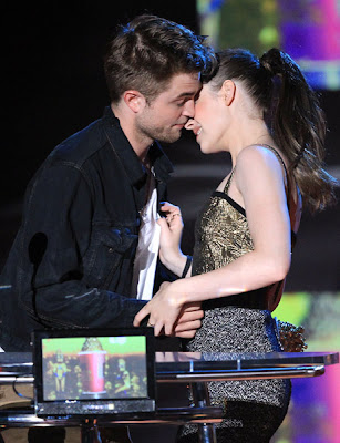MTV  Movie Awards 2010 - Página 7 Pattinsonlife-mma125462