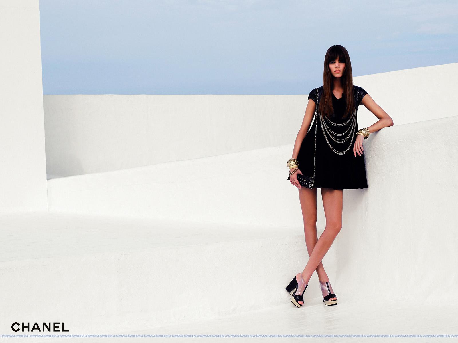 http://2.bp.blogspot.com/_lkIb025QBMU/S6-lZj7auCI/AAAAAAAAATM/V-wFI0GwcWQ/s1600/Chanel+Spring+-+Summer+2007+23+1600x1200+Fashion+Wallpaper.jpg