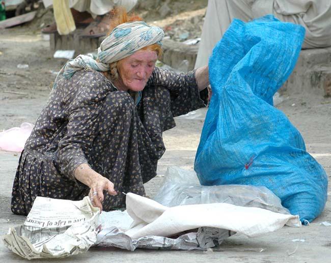 http://2.bp.blogspot.com/_lt9uqeigjxI/TA8BOoihwhI/AAAAAAAABvY/1VctE8v0yNQ/s1600/old_poor_women_.jpg