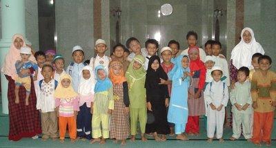 Uztadzah dan Santri di dalam masjid Assalam lt 1