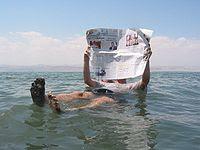 A alta salinidade do Mar Morto permite a flutuação de um turista.