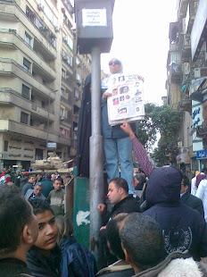 مصرية عادية وقفت لساعات طويلة تكبى تحت المطر زهرة شباب الشهداء