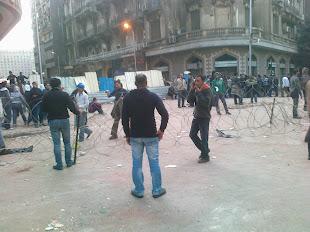 تحصينات ومئات الشباب على احد مداخل ميدان التحرير