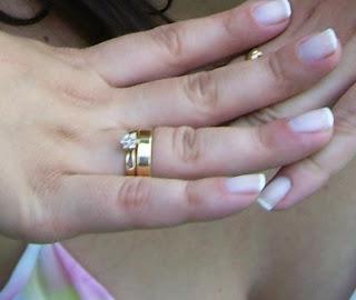http://2.bp.blogspot.com/_lxAT6KZXYyM/SY80YMGU3qI/AAAAAAAAAQ0/x0G_D4rJSAk/s320/anel+noivado.JPG