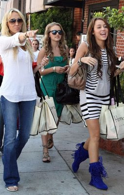 Miley Cyrus Shopping on Salon De La Fama   Miley Cyrus Y Emily Osment Juntas De Shopping