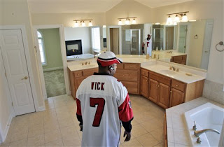 This guy doesn't have $750,000 to bid on this house, he's just an idiot Vick fan