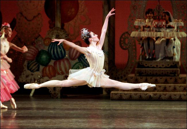 Del ballet moderno por medio del desarrollo del ballet neoclásico