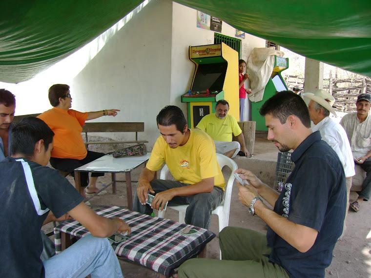 Entretenida jugada de naipes entre sierreños de Bagresitos
