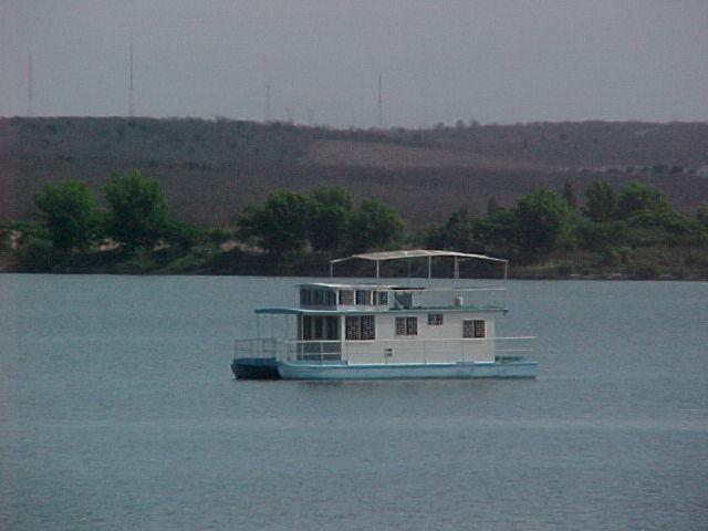 Barco en el dique la primavera, Culiacán Rosales. (RRG 2003)