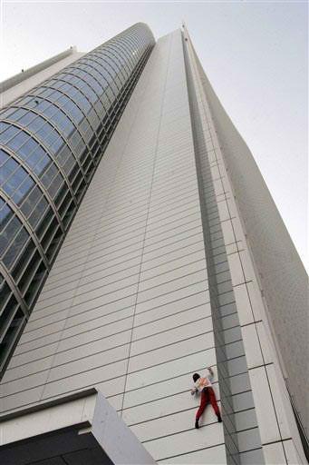 Alain Robert Climbs Abu Dhabi