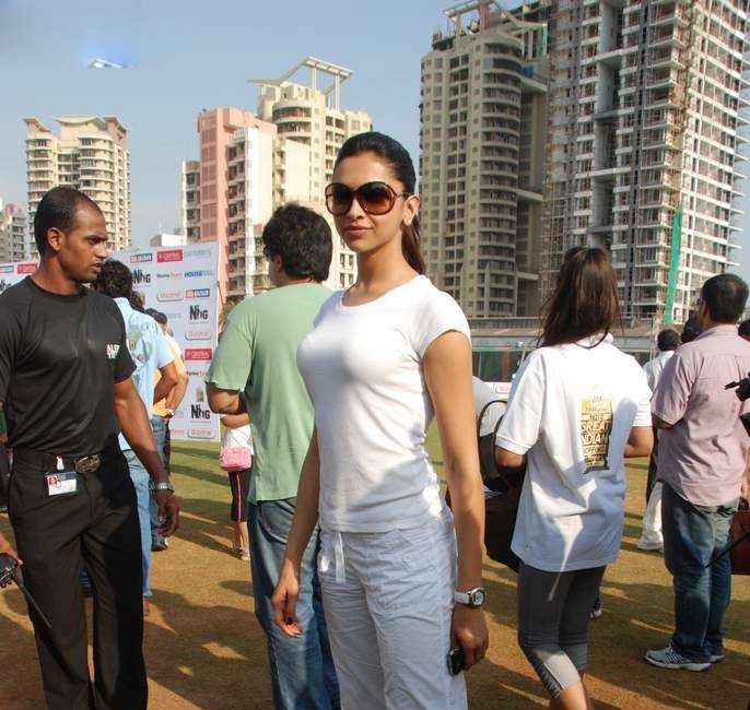 deepika padukone in cricket match played role in houseful movie glamour  images