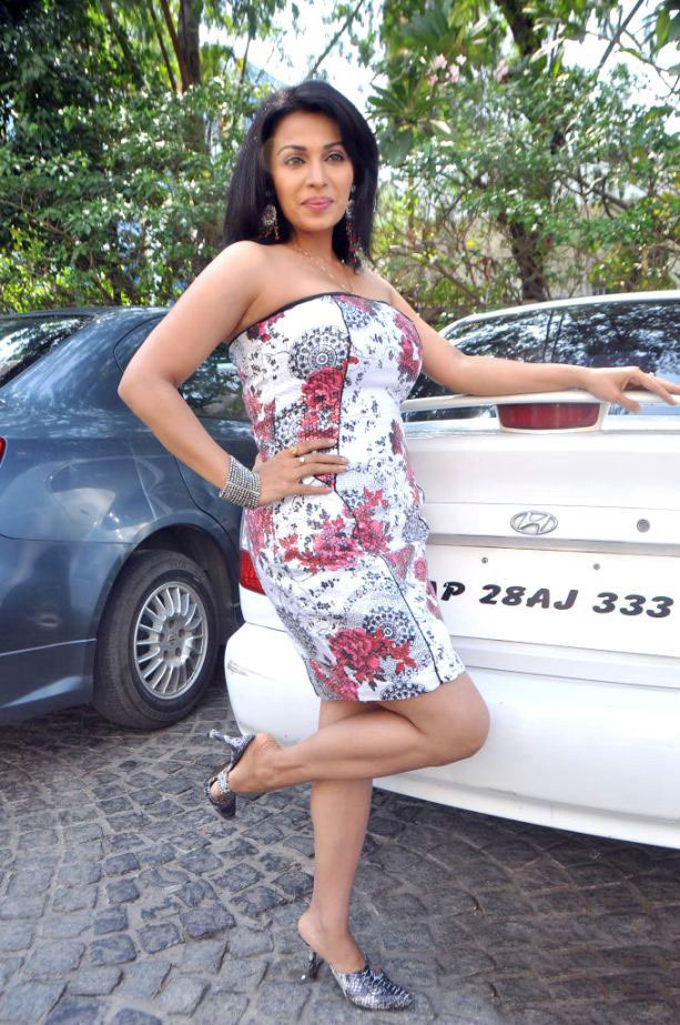 Online News Asha Saini In Car Show Spicy Stills Hot Leg Show Asha - Asian car show girls