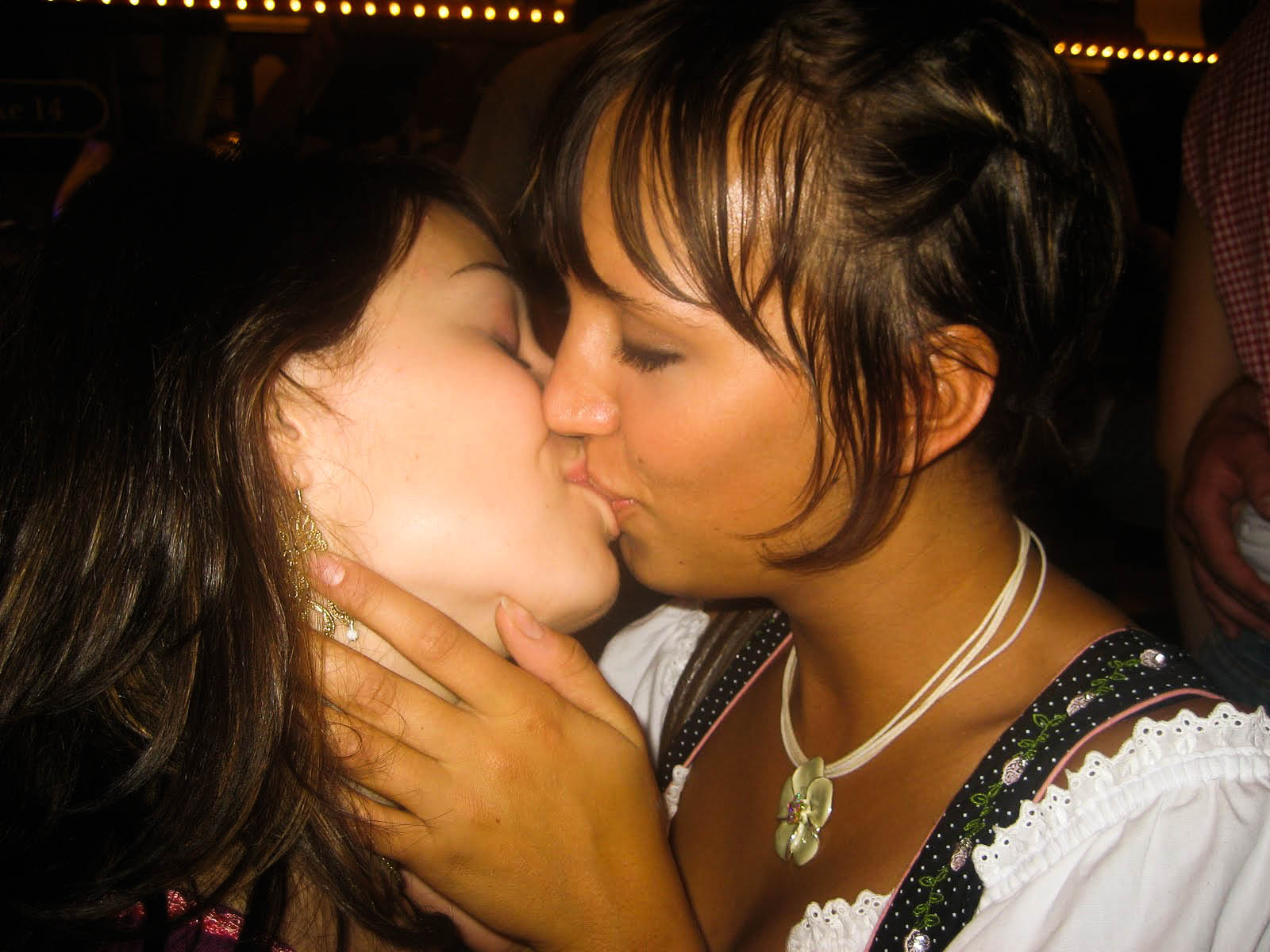 kissing Oktoberfest girls