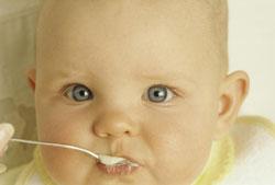 Como apresentar os primeiros alimentos ao bebê