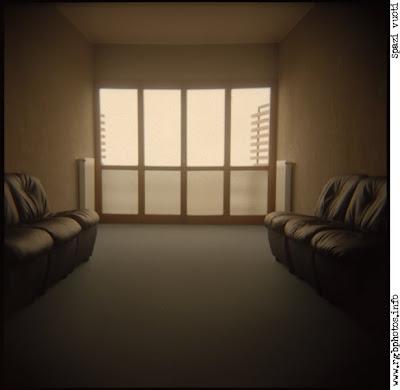 Macchina fotografica Holga 120 CFN, sala di attesa vuota con divani sui lati
