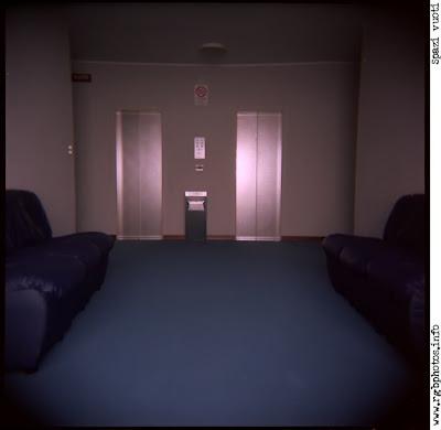 Macchina fotografica Holga 120 CFN, ingresso di condominio vuoto con poltrone sui lati