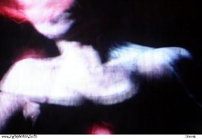 fotografia in atmosfera dark, tratta dalla televisione, di busto di donna. panasonic lumix dmc-fx7