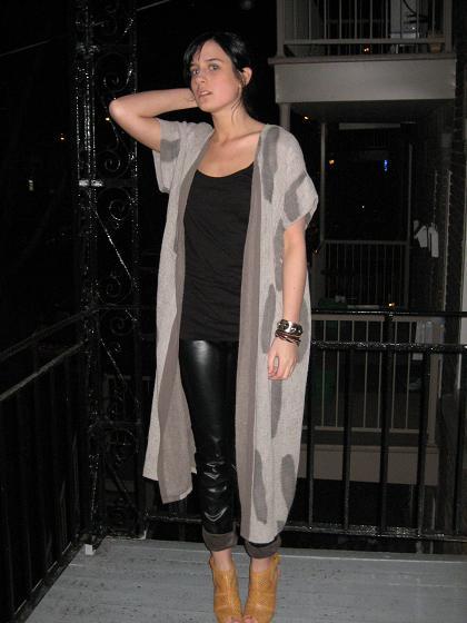 veste(vintage), camisole(H&M), sandales et pantalon en cuir(La Squadra)