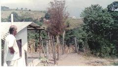"""Mi hermano Miguel al lado de la casa del primo Luís """"Puro""""."""