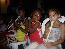 """Uma lição de cidadania com as crinaças flautistas do Projeto Vamos"""" coordenado pelo prof Renilson."""