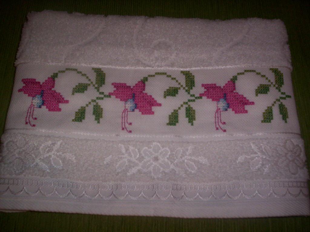 Ponto-cruz,brinco de princesa em toalha de banho.