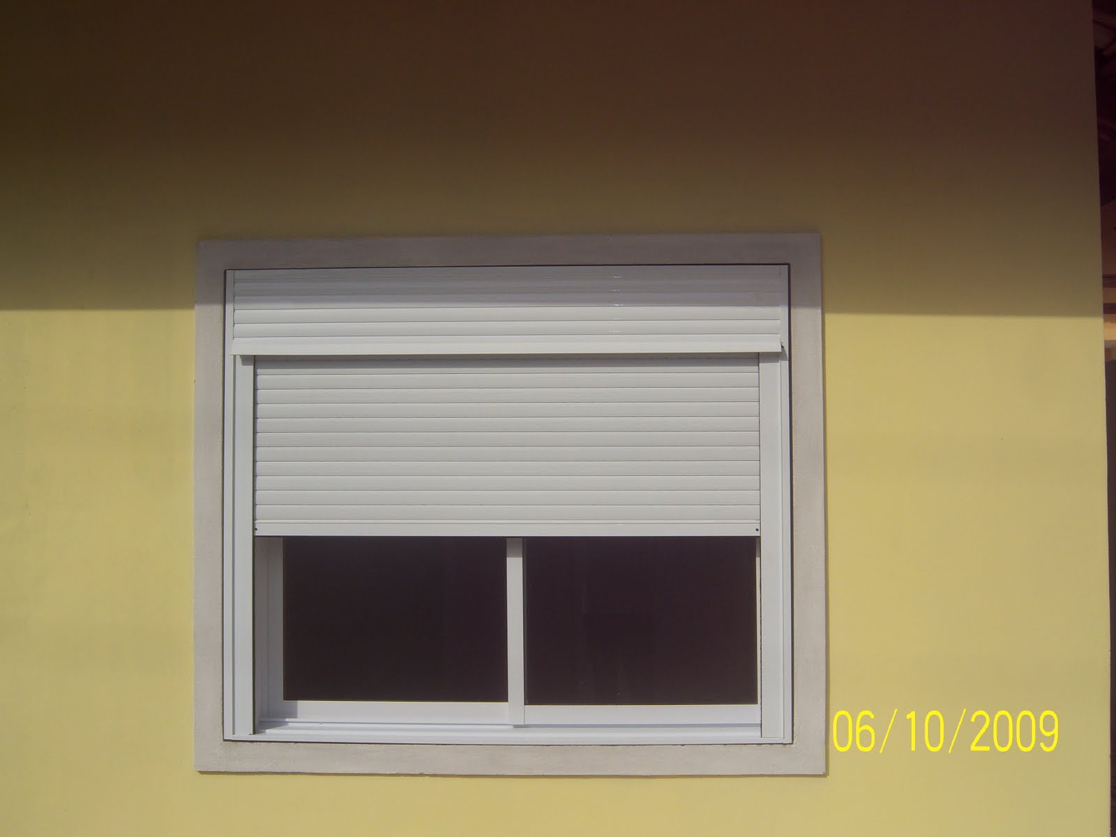 #B8AE13 Persiana integrada a janela de correr 02 folhas de vidro 700 Janelas Venezianas De Aluminio Sob Medida