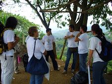 El director de la fundación mostrándole la Comuna 18 a los representantes de Second Life