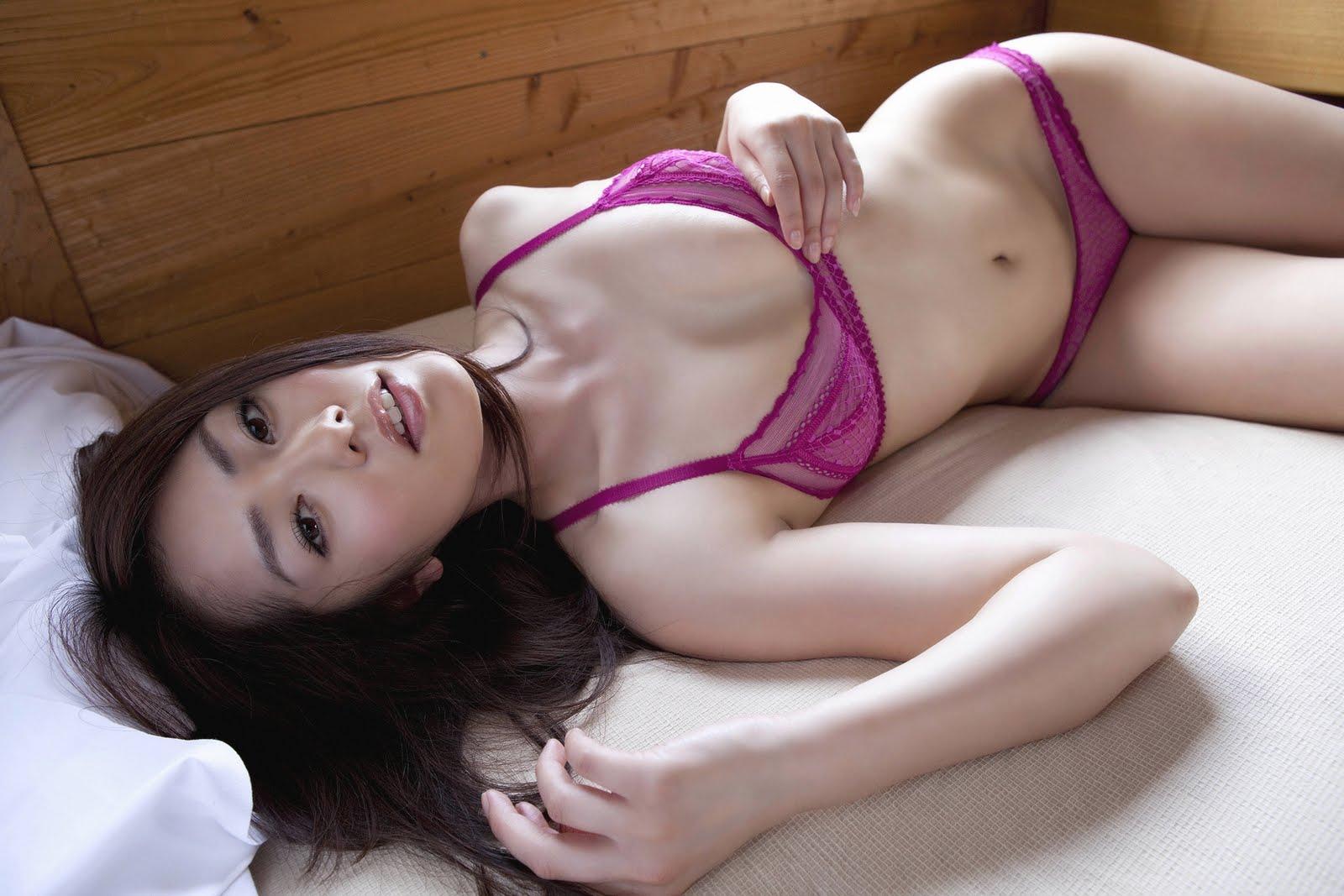 азиатка в розовых трусиках фото